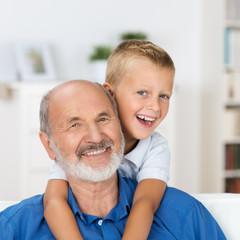 lachender junge umarmt seinen opa