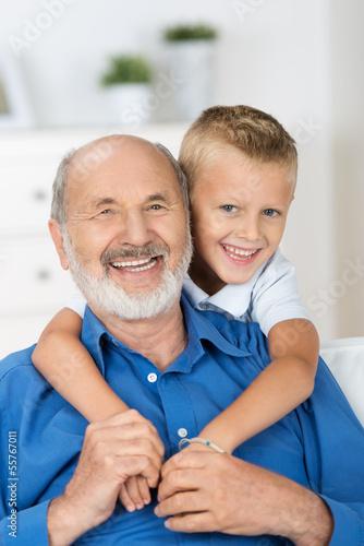 glücklicher opa mit seinem enkel