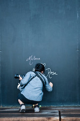 touriste dessinant sur un tableau noir