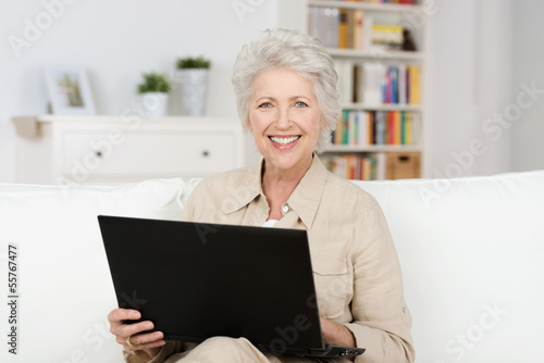 seniorin arbeitet am laptop