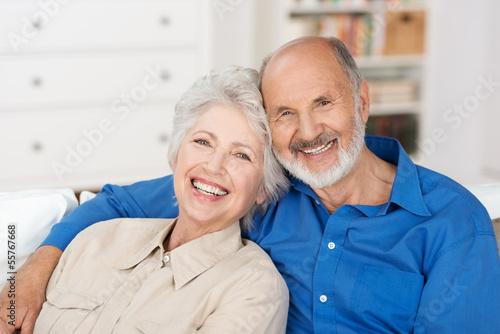 glückliches älteres paar zu hause - 55767668