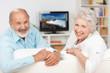 älteres paar schaut fernsehen
