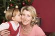 Mädchen küsst Großmutter, Nahaufnahme