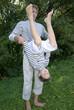 Vater spielt mit Sohn im Park