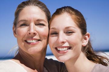 Mutter und Tochter am Strand, lächelnd, Nahaufnahme, Portrait