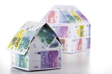 Zwei Häuser aus Euro-Banknoten
