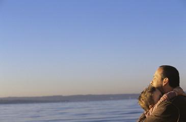 Vater und Sohn von Angesicht zu Angesicht am Strand, Seitenansicht