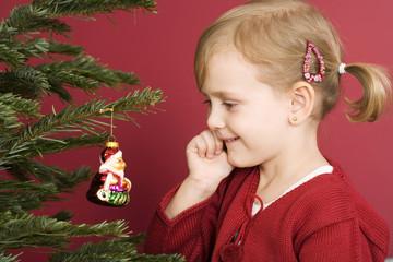 Kleines Mädchen am Weihnachtsbaum