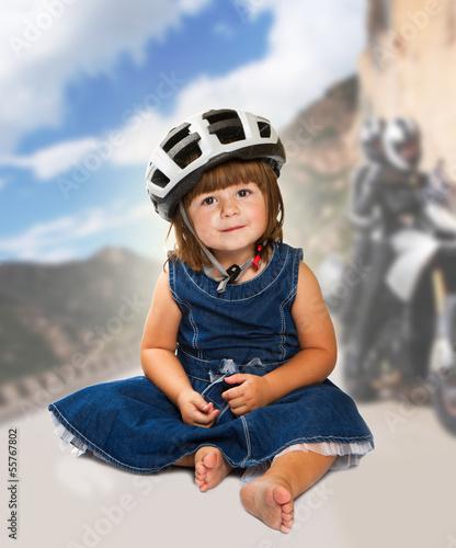 bambina con caschetto della bici