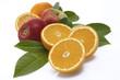 Orangenhälften und Äpfel