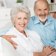 glückliches älteres paar auf dem sofa