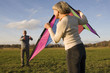 Deutschland Bayern, Ammersee, Älteres Paar beim Drachensteigen