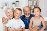 glückliche großeltern mit ihren enkeln