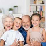 lachende großeltern mit ihren enkeln