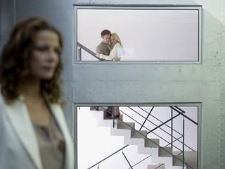 Paar umarmt sich auf Treppe