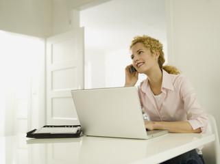 Junge Frau mit Handy, lächelnd