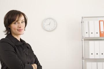 Geschäftsfrau mit Armen verschränkt, Portrait
