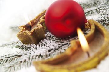 Weihnachten, Kerzen und Kugeln, Nahaufnahme