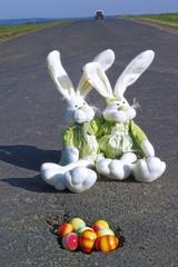 Osterhasen und Ostereier auf der Straße