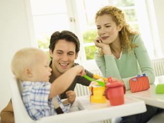 Junge Familie mit Baby