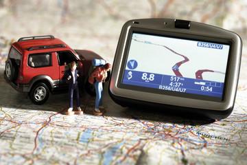 Navigation Instrument, Figuren und Automobil auf einer Karte