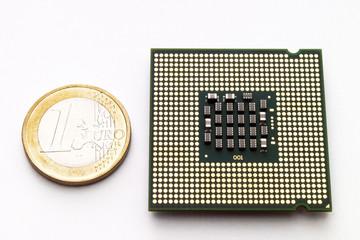 Prozessor-Chip durch euro-Münze, erhöhte Ansicht