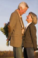 Älteres Paar, Mann versteckt Strauß, Seitenansicht