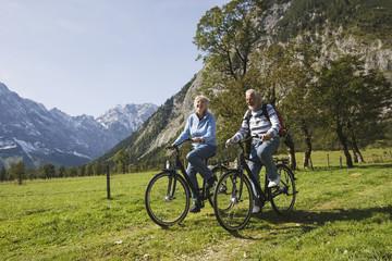 Österreich, Karwendel, älteres Paar beim Fahrradfahren