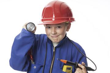 Junge mit Werkzeugen, lächelnd