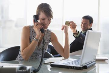 Chef übergibt Kreditkarte an Angestellten