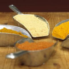 Curry, Curcuma, weißem Pfeffer und Chilipulver in Schäufelchen, Nahaufnahme