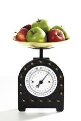 Äpfel auf Küchenwaage