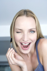 Junge Frau mit Lidschatten-Pinsel, Portrait