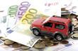 Spielzeugauto auf Euro-Banknoten und-Münzen