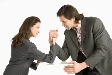 Geschäftsmann und Geschäftsfrau, Armdrücken, Seitenansicht