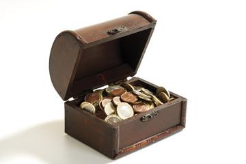 Kleine Truhe voller Münzen