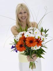 Frau hält Strauß Blumen, Porträt