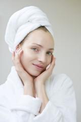 Junge Frau trägt Handtuch auf dem Kopf, Portrait