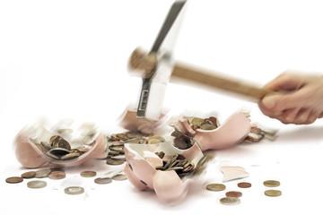 Hammer zerschlägt Sparschwein mit Euro-Münzen, Nahaufnahme