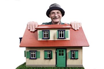 Alter Mann mit Haus, stolz Hauseigentümer