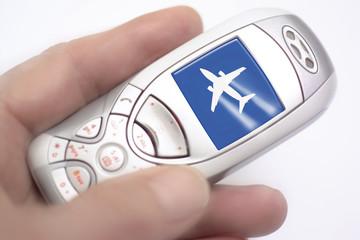 Handy mit Flugzeug auf dem Display, Symbol für mobile Flugbuchungen