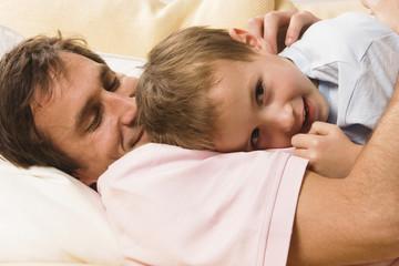 Vater und Sohn kuscheln miteinander, close up