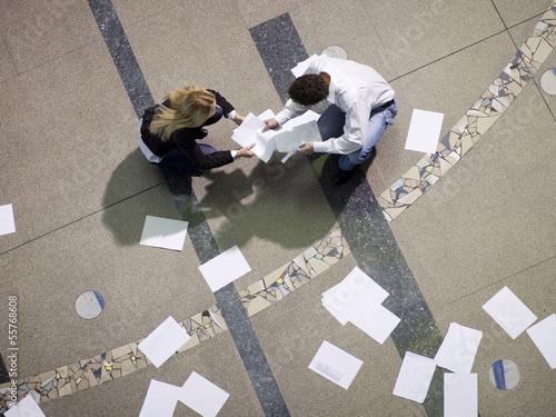 Paar sammelt Papiere ein, erhöhte Ansicht