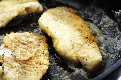 Rotes Fischfilet gebraten in der Pfanne, Nahaufnahme