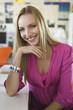 Junge Frau im Büro, lächelnd, Porträt