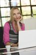 Junge Geschäftsfrau im Büro