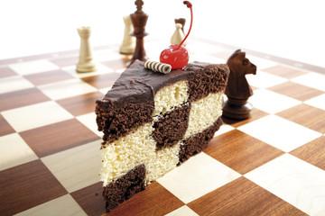 Ein Stück Kuchen mit Schachmuster auf Schachbrett