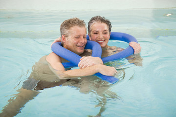 Älteres Paar in Schwimmbad, Lächeln, Portrait