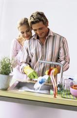 Junges Paar, Mann Waschen Teller
