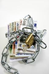 Bündel von Euro-Banknoten in Ketten